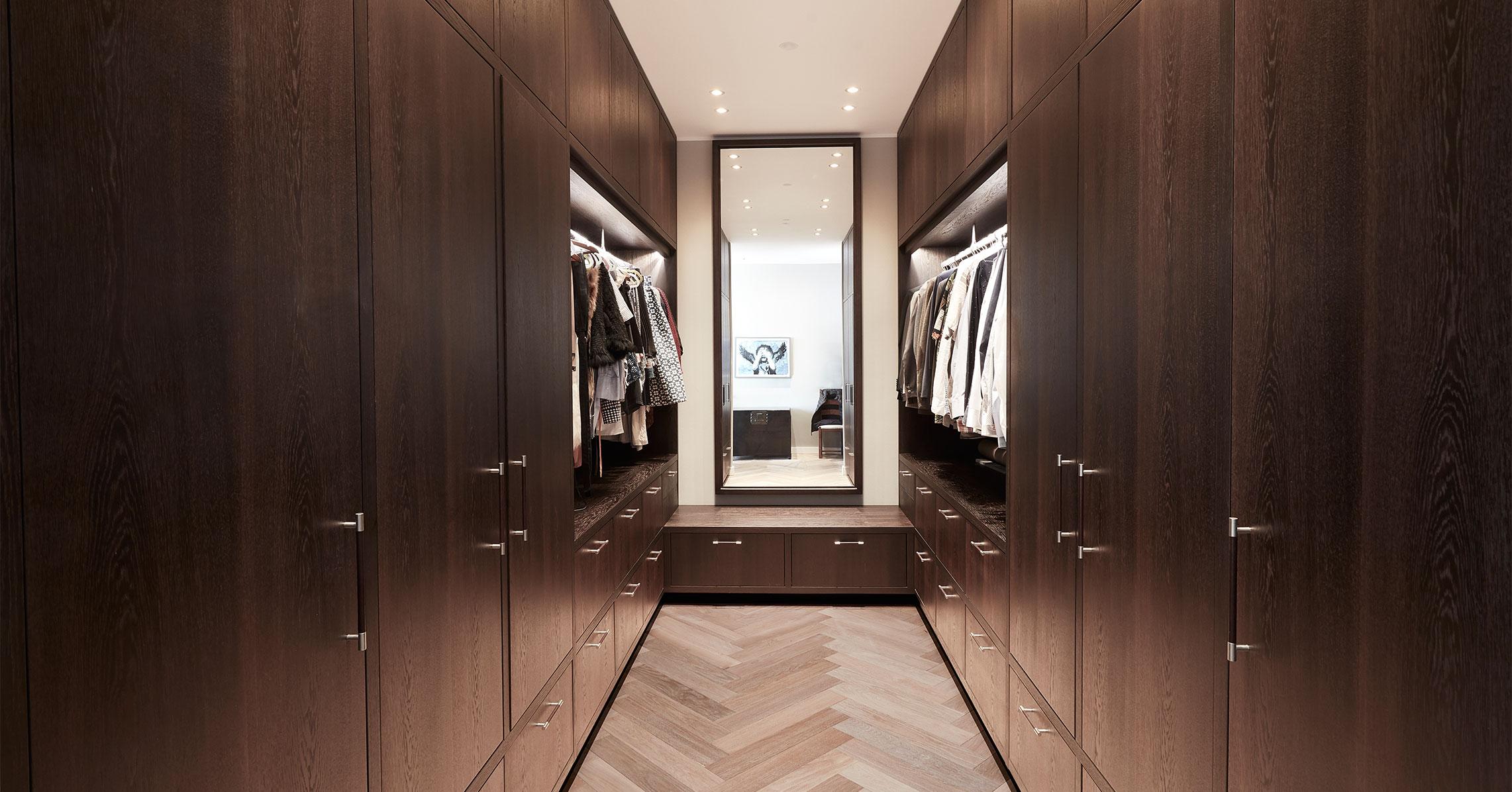 walk-in-closet-moerkt-trae